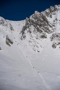 厳冬の千畳敷カールの登山者の写真素材 [FYI03815215]
