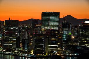 富士山の夕日:東京都心のビル群の写真素材 [FYI03815223]
