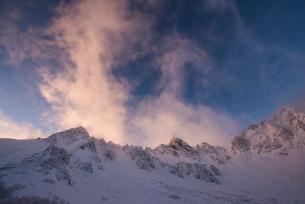 湧き上がる雲と夕日:厳冬の千畳敷カールと宝剣岳の写真素材 [FYI03815224]