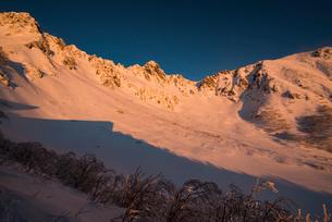 厳冬の千畳敷カールと宝剣岳:朝日に燃えるの写真素材 [FYI03815231]