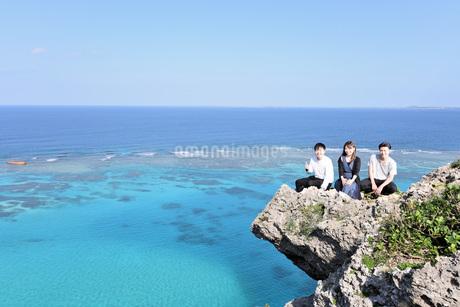 宮古島/四角点イグアナ岩の三人の写真素材 [FYI03815278]