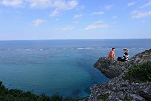 宮古島/四角点イグアナ岩のカップルの写真素材 [FYI03815288]