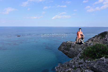 宮古島/四角点イグアナ岩のカップルの写真素材 [FYI03815289]