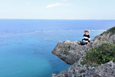 宮古島/四角点イグアナ岩の若い女性の写真素材 [FYI03815291]
