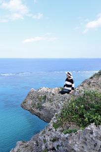 宮古島/四角点イグアナ岩の若い女性の写真素材 [FYI03815292]
