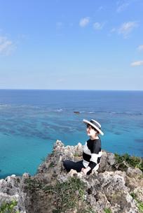 宮古島/四角点イグアナ岩の若い女性の写真素材 [FYI03815295]