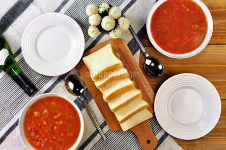 テーブルの上のミネストローネスープとパンの写真素材 [FYI03815306]