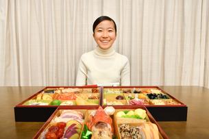 おせち料理を食べる女の子(正月)の写真素材 [FYI03815370]
