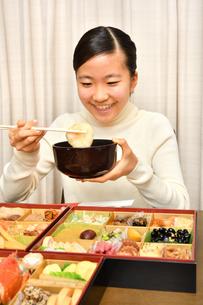 おせち料理を食べる女の子(正月)の写真素材 [FYI03815371]