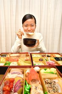 おせち料理を食べる女の子(正月)の写真素材 [FYI03815373]