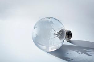 透明なガラスでできた地球儀の写真素材 [FYI03815743]