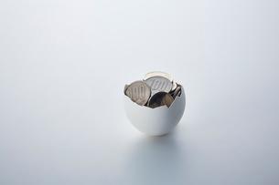 卵の殻のなかにあるお金の写真素材 [FYI03815746]