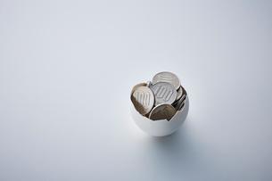 卵の殻のなかにあるお金の写真素材 [FYI03815748]
