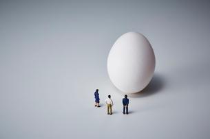 白い卵とミニチュアの人の写真素材 [FYI03815749]