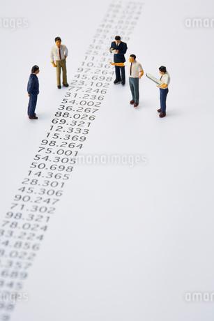 羅列された数字とミニチュアの人々の写真素材 [FYI03815753]