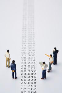 羅列された数字とミニチュアの人々の写真素材 [FYI03815755]