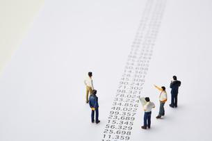 羅列された数字とミニチュアの人々の写真素材 [FYI03815756]