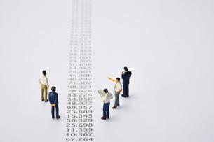 羅列された数字とミニチュアの人々の写真素材 [FYI03815757]