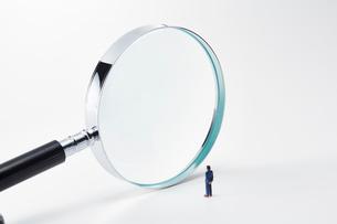 虫眼鏡とミニチュアの人の写真素材 [FYI03815760]