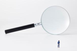 虫眼鏡とミニチュアの人の写真素材 [FYI03815761]