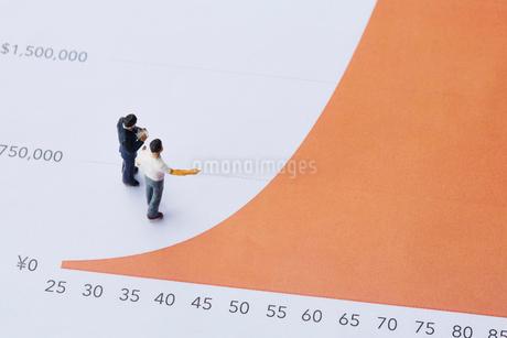 グラフとミニチュアの人の写真素材 [FYI03815774]