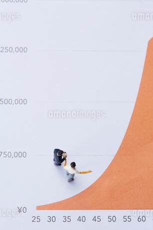 グラフとミニチュアの人の写真素材 [FYI03815775]
