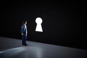 鍵穴とミニチュアの人の写真素材 [FYI03815777]