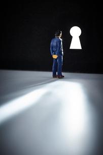 鍵穴とミニチュアの人の写真素材 [FYI03815778]