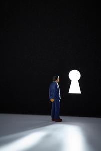 鍵穴とミニチュアの人の写真素材 [FYI03815779]