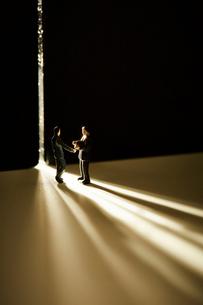スリットから入ってきた光とミニチュアの人の写真素材 [FYI03815780]