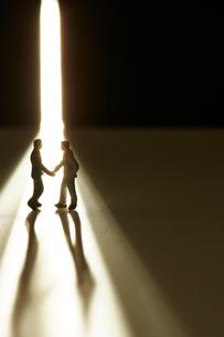 スリットから入ってきた光とミニチュアの人の写真素材 [FYI03815781]
