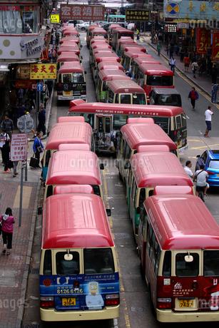 香港・旺角(モンコック/Mong Kok)の通菜街近くのミニバス乗り場。香港庶民の足の写真素材 [FYI03815799]
