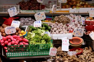 香港・旺角(モンコック/Mong Kok)の市場で売られる野菜。ダイコンなど、日本になじみのある野菜や中国白菜、カイラン菜など、色々な野菜が売られるの写真素材 [FYI03815802]
