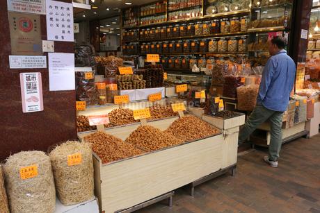 海味街とも呼ばれる西營盤にある徳輔道西(デ・ヴォー・ロード・ウェスト)の乾物店で売られる高価な干し貝柱など。の写真素材 [FYI03815805]