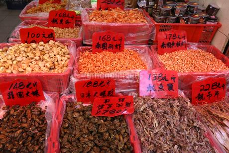 西營盤にある徳輔道西(デ・ヴォー・ロード・ウェスト)の乾物店で売られる干した牡蠣(手前)や干しエビ(後方)の写真素材 [FYI03815806]