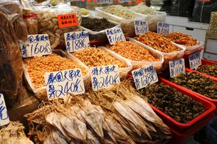 西營盤にある徳輔道西(デ・ヴォー・ロード・ウェスト)の乾物店で売られるスルメ、干し牡蠣(手前)や乾しエビ(奥)。スープのだしに使うの写真素材 [FYI03815844]