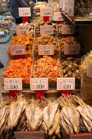 西營盤にある徳輔道西(デ・ヴォー・ロード・ウェスト)の乾物店で売られるスルメ(手前)や乾しアワビ、乾しエビ(奥)いずれも高価な食材の写真素材 [FYI03815845]