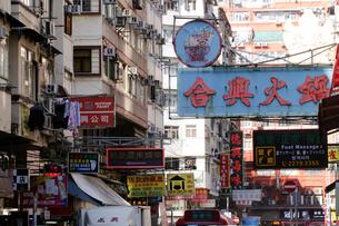 香港名物の道にせり出した看板やネオン。台風で落下するので最近は減った。の写真素材 [FYI03815861]