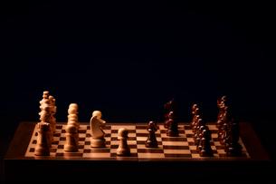 ゲーム中のチェスのボードと駒の写真素材 [FYI03815866]