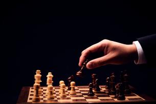 チェスの駒を進める男性の手の写真素材 [FYI03815867]