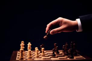 チェスの駒を進める男性の手の写真素材 [FYI03815868]