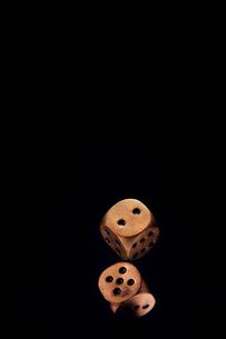 暗闇で積み上げられた金色のサイコロの写真素材 [FYI03815869]