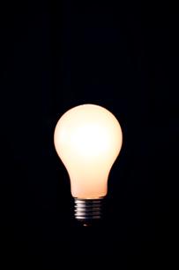 暗闇に光る電球の写真素材 [FYI03815874]