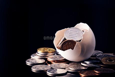卵の殻から溢れ出す日本のお金の写真素材 [FYI03815878]