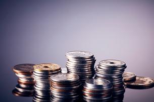 グレーバックに積み上げられた複数の日本のお金の写真素材 [FYI03815882]