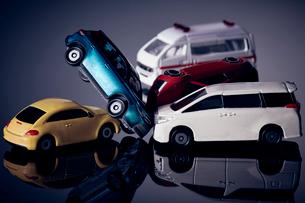 交通事故を表現したミニチュアの車の写真素材 [FYI03815883]