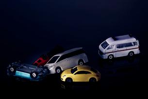 交通事故を表現したミニチュアの車の写真素材 [FYI03815884]