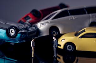 交通事故を表現したミニチュアの車と向き合う人のミニチュアの写真素材 [FYI03815885]