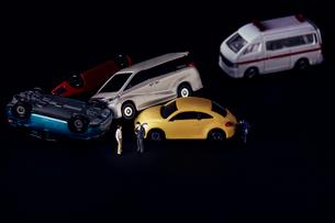 交通事故を表現したミニチュアの車と向き合う人のミニチュアの写真素材 [FYI03815886]