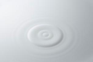 白い液体の波紋の写真素材 [FYI03815915]